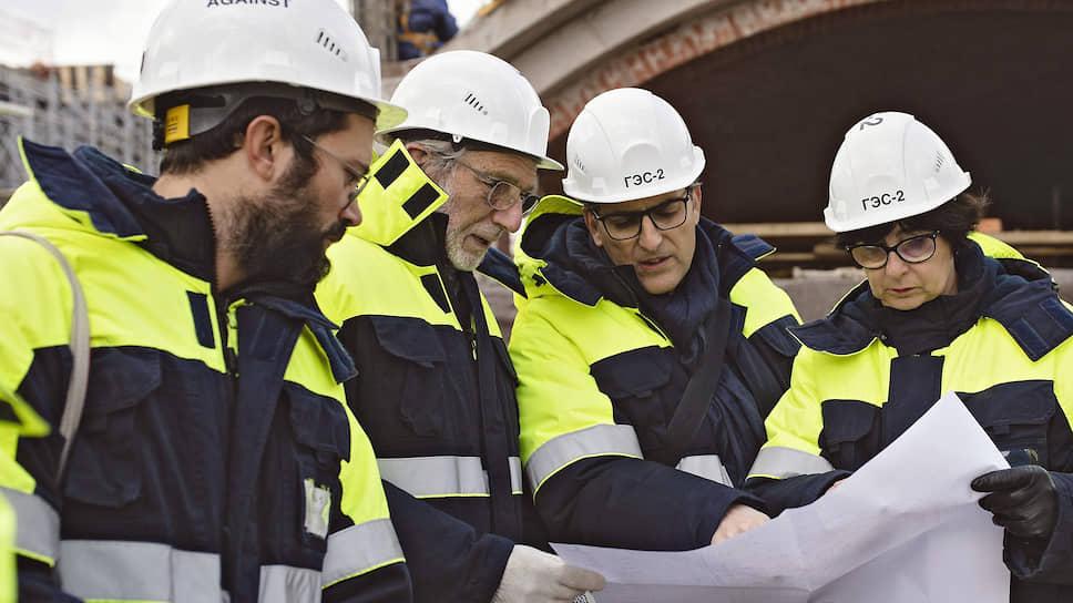 По инициативе Ренцо Пьяно (второй слева) перестройка здания ГЭС-2 охватит и весь прилегающий квартал