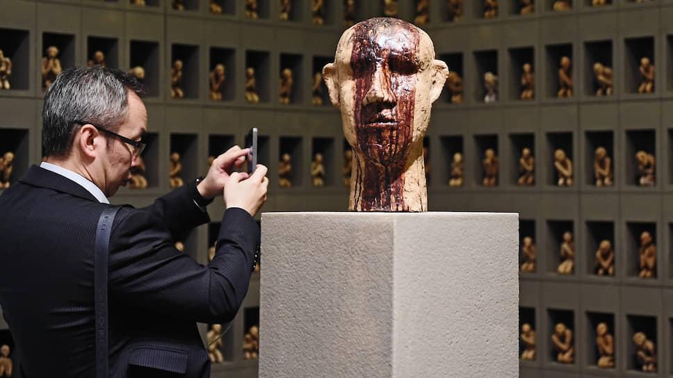 Тысяча хлебных человечков из инсталляции Андрея Кузькина вписались в созданный куратором-режиссером «спектакль»