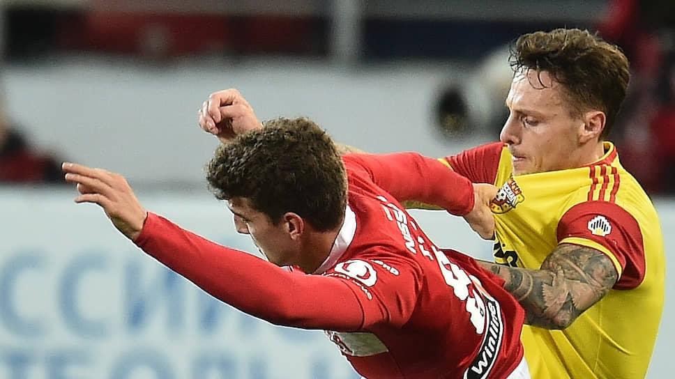 Проиграв «Арсеналу», «Спартак» (слева полузащитник красно-белых Гус Тиль) завершил первый круг чемпионата России лишь на девятом месте
