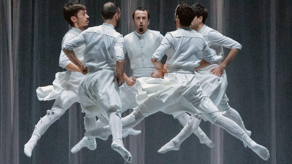 Коленца баскского национального танца оказались неожиданно сходными с классической балетной лексикой