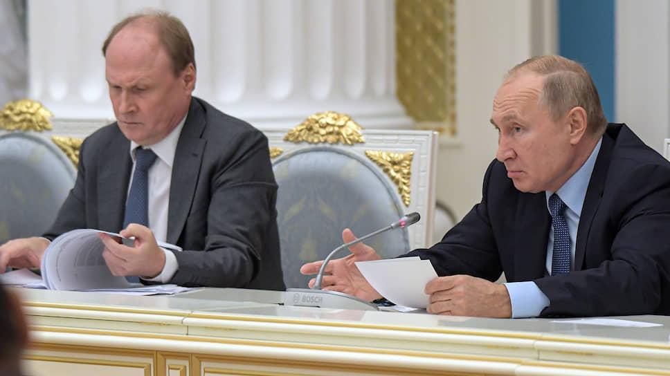 Владимир Путин, в отличие от своего советника Владимира Толстого (слева), предпочитает не произносить вслух, что русский язык — это грозное оружие в войне с западным миром, но не спорит с этим