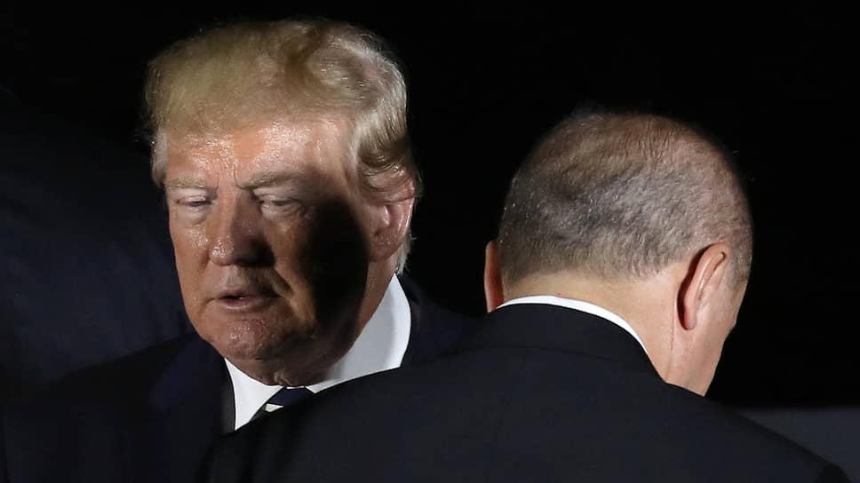 Президент США Дональд Трамп считает выполненными договоренности по Сирии с турецким коллегой Реджепом Тайипом Эрдоганом (справа)
