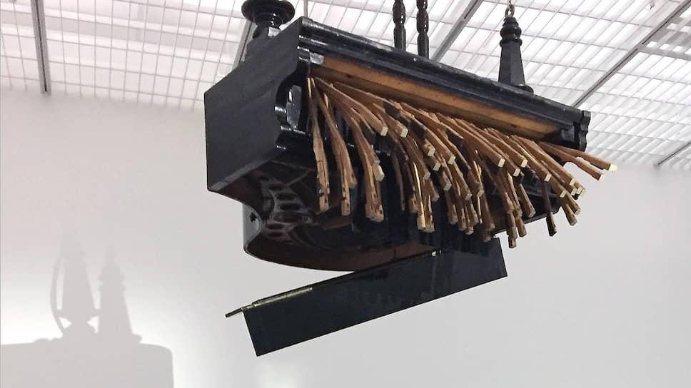 Висящий под потолком рояль время от времени подтягивает клавиатуру, поплотнее запахивает крышку и держится несколько мгновений, а затем снова разваливается на куски в изнеможении