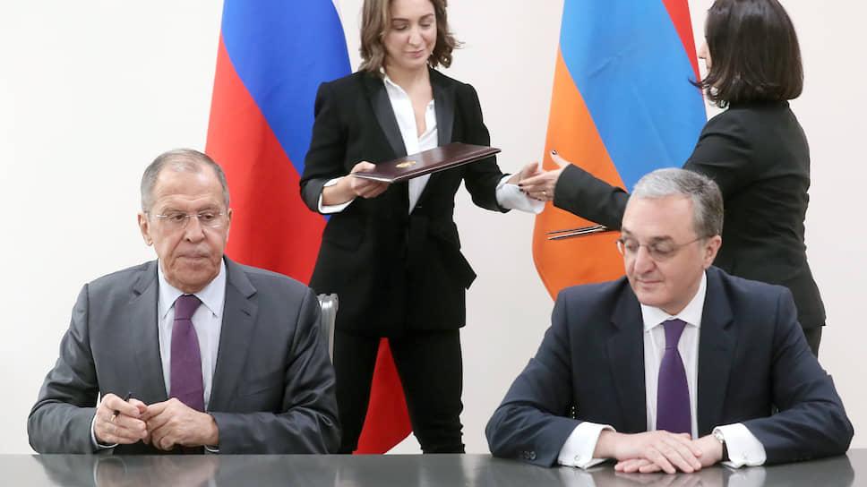 В этот раз главы МИДов России и Армении Сергей Лавров и Зограб Мнацаканян так и не подписали меморандум, гарантирующий российским специалистам доступ в армянские биолаборатории, которые были созданы на деньги Пентагона