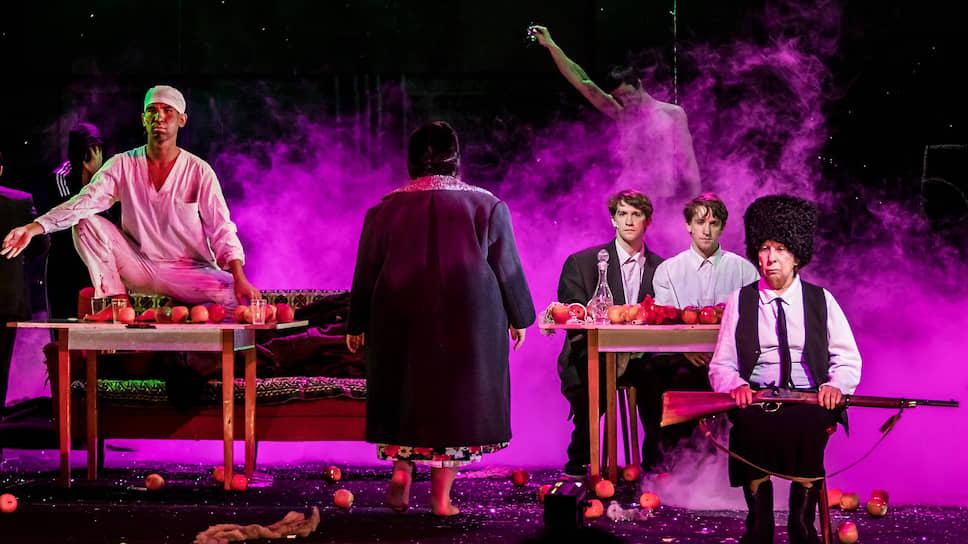 Лия Ахеджакова, как никто другой в этом спектакле, наглядно доказывает, что миф и повседневность взаимно необходимы
