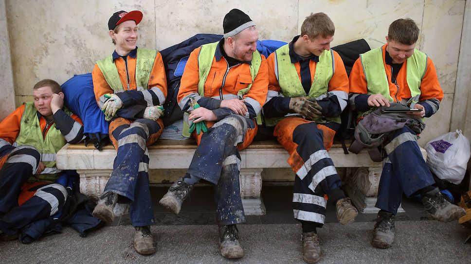 Фактически отрабатываемые рабочие часы в профессиях, связанных с рутинным физическим трудом, сокращаются — и это часть общемирового процесса