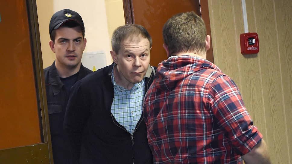 Александр Кабанов (в центре) считает, что никакого ущерба ФСК ЕЭС его действия не причинили