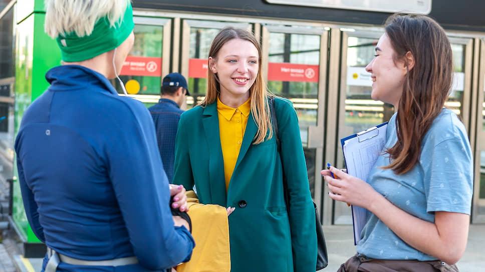 Незарегистрированный кандидат в Мосгордуму Анастасия Брюханова (в центре)