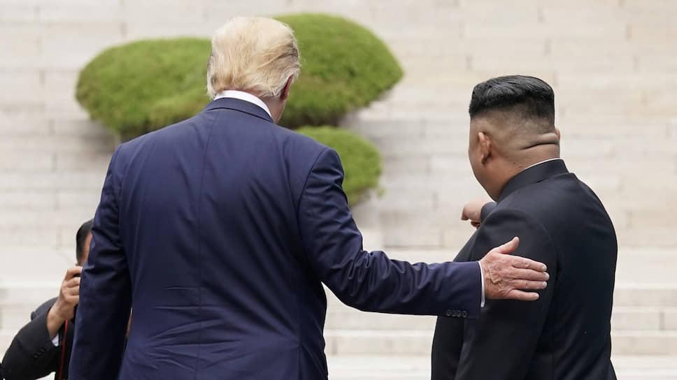 Лидер КНДР Ким Чен Ын (справа) пока не готов в четвертый раз приветствовать американского президента Дональда Трампа (на фото: встреча 30 июня в демилитаризованной зоне между двумя Кореями)