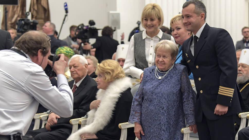 В этот день в Кремле награждали и фотографировали и в самом деле выдающихся людей
