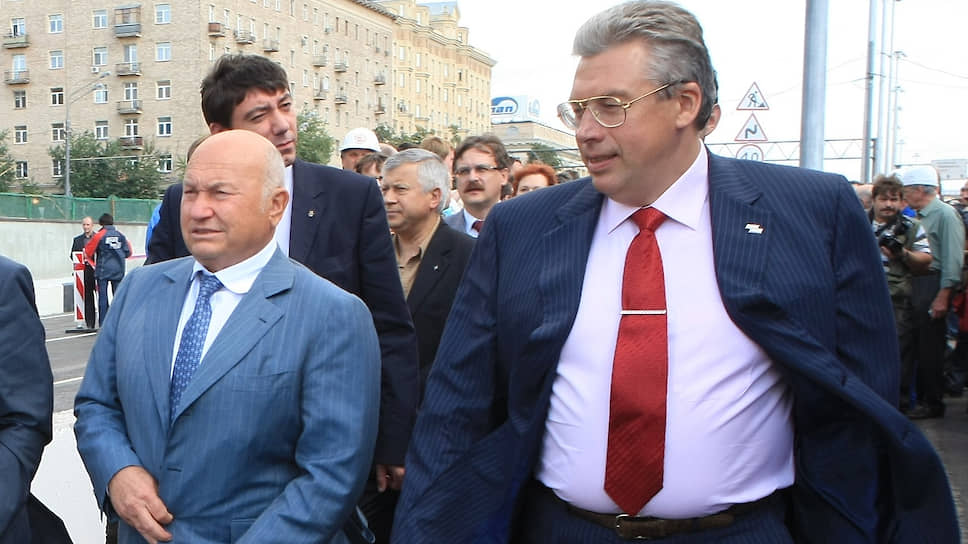Андрей Черняков (справа), при Юрии Лужкове (слева) ставший олигархом, вернулся на родину уже обычным заключенным