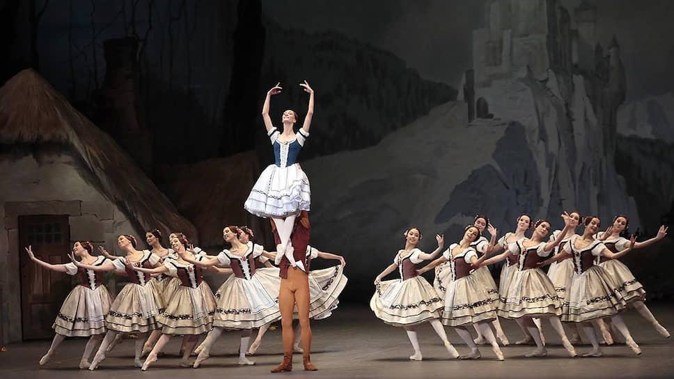 Артемий Беляков не только прекрасно поддерживал Ольгу Смирнову, но и танцевал в этом спектакле лучше всех
