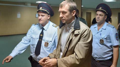 Полковник Захарченко защитился в Европе  / Бывший полицейский-миллиардер добивается безотлагательности правосудия