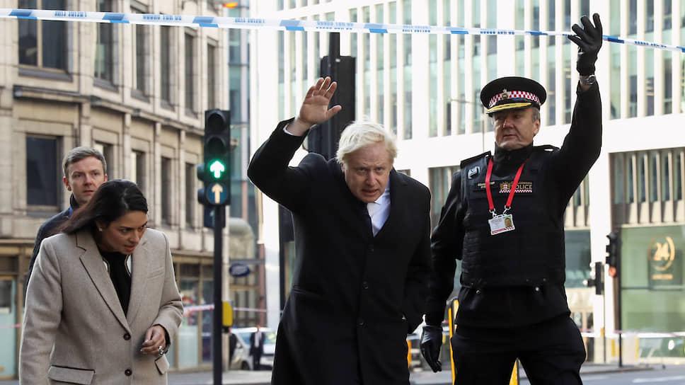 Стоя на месте теракта за полицейским оцеплением, британский премьер Борис Джонсон пообещал покончить с практикой досрочного освобождения осужденных за терроризм