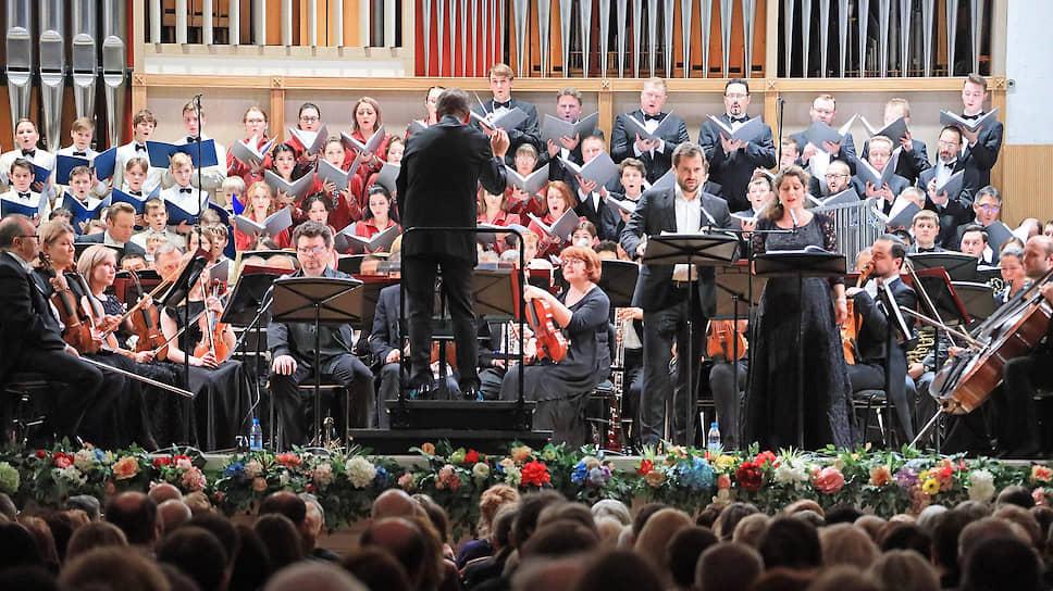 Сцена Свердловской филармонии едва вместила исполнителей произведения, дожидавшегося российской премьеры более 50 лет