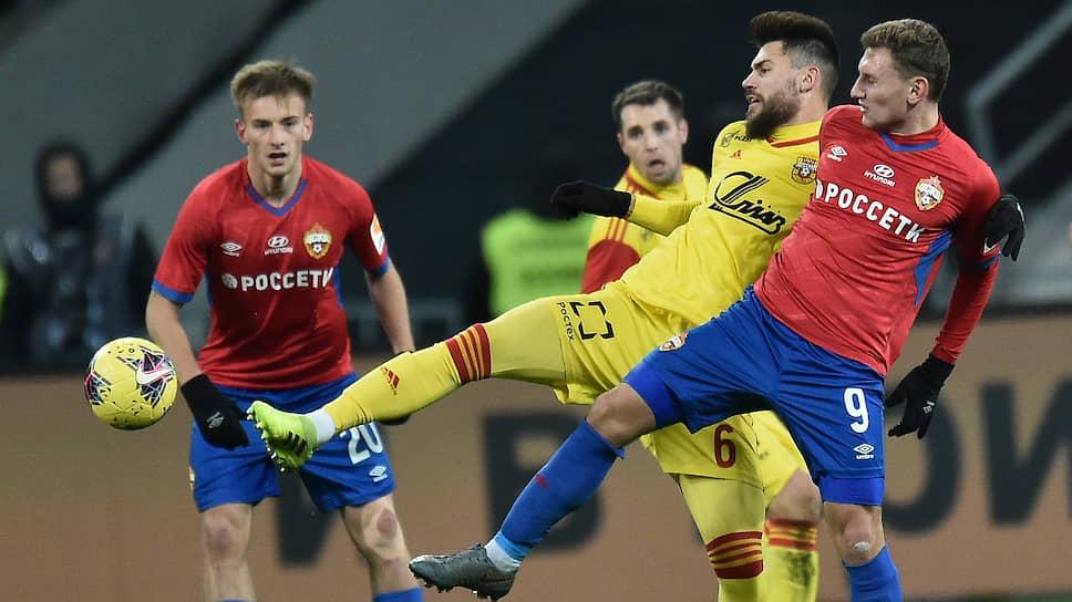 Нападающий ЦСКА Федор Чалов (№9) и его партнеры не смогли отличиться в матче с «Арсеналом», потеряв важные три очка в борьбе за медали