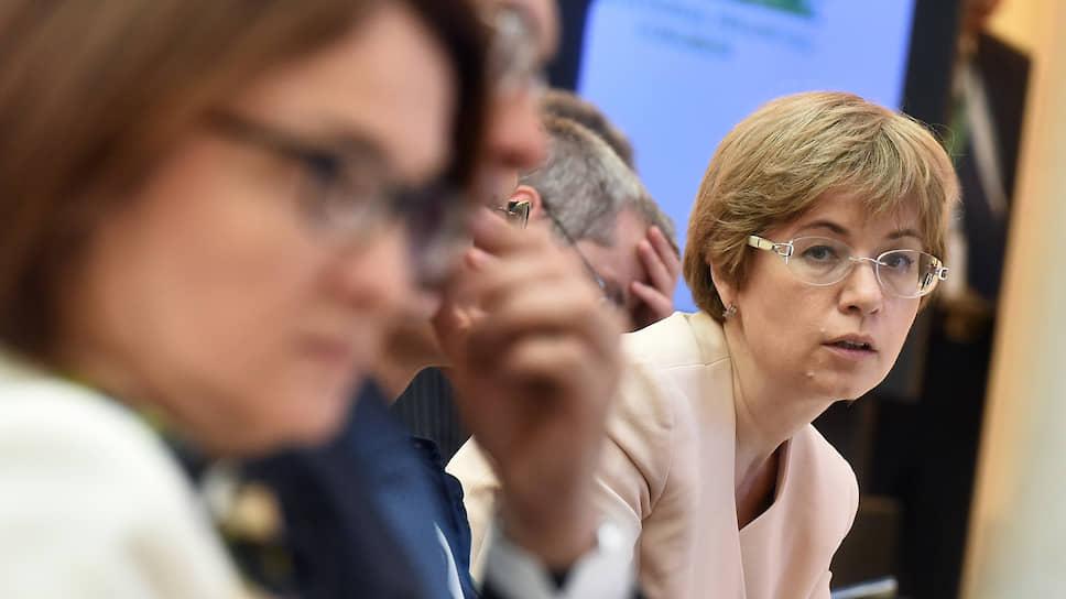 Представленный первым зампредом ЦБ Ксенией Юдаевой обзор опирается на допущения МВФ о снижении темпов мирового роста ниже 3% в год, но отмечает снижение рисков во всех секторах финансовой системы РФ