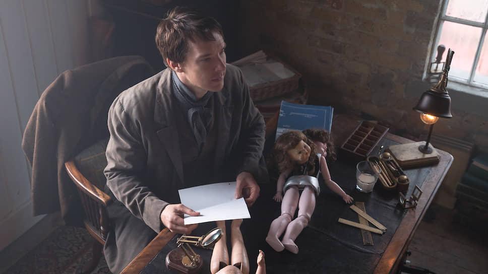 Томасу Эдисону (Бенедикт Камбербэтч) приходится тратить изобретательский гений на то, чтобы ославить конкурента