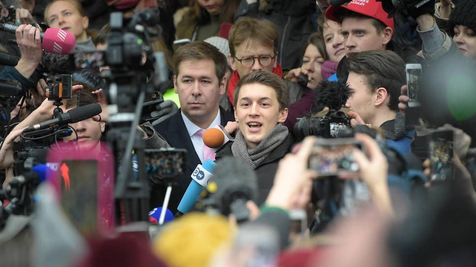 Егор Жуков (в центре) после оглашения приговора заявил: «Я рад, что на свободе, но тем не менее это совершенно несправедливо»