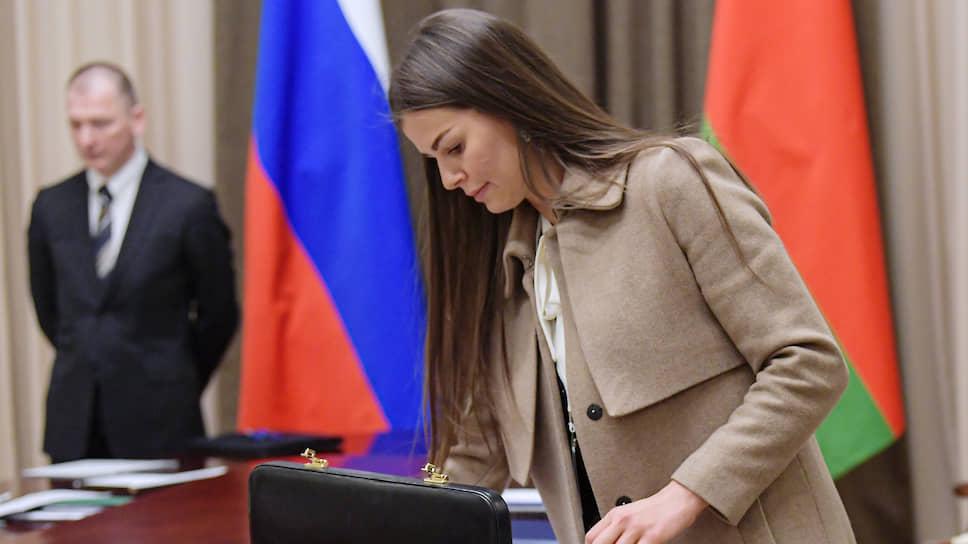 Помощник президента Белоруссии Дарья Шманай со своим знаменитым теперь дипломатом впорхнула в переговорную прямо в пальто