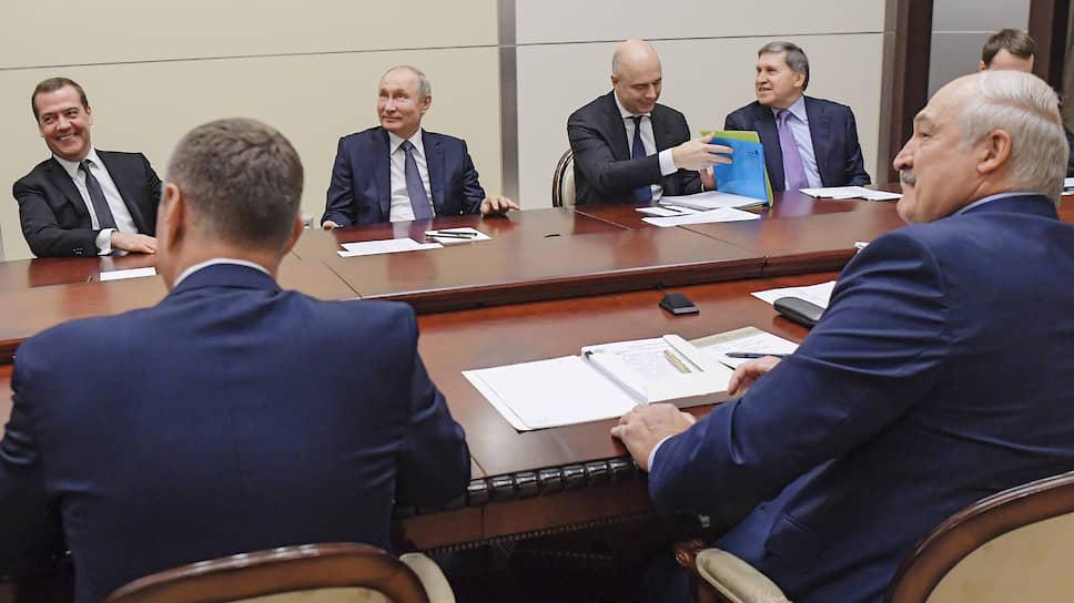 Переговорщики вдруг обратили внимание на то, что в зале стали стремительно сгущаться сумерки