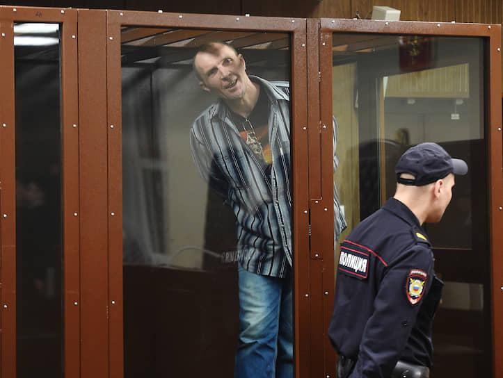 Из-за стекла «аквариума» Эдуард Малышевский не убедил суд разобраться в причинах, по которым он разбил стекло полицейского автобуса