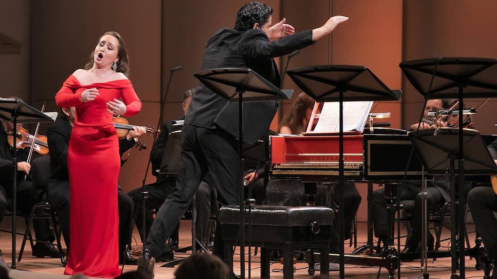 Пение Юлии Лежневой (слева) добавило убедительности сюжету оперы, исполненной под управлением Георгиоса Петру