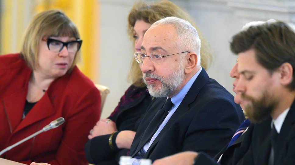 Глава комиссии СПЧ по гражданским правам Николай Сванидзе (справа) не знал, что его доклад президенту нуждается в доработке