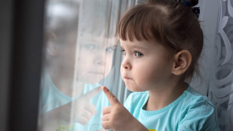 Все, что умеют делать двухлетние дети, Даша делает только левой рукой: ест, рисует, одевается