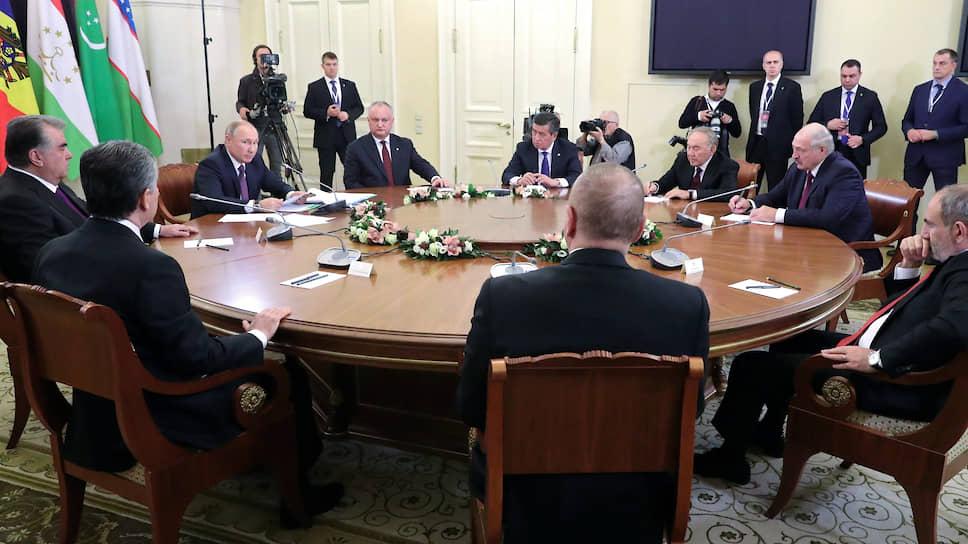 Зрителей для этой акции Владимир Путин подбирал много лет. Ими стали лидеры стран СНГ