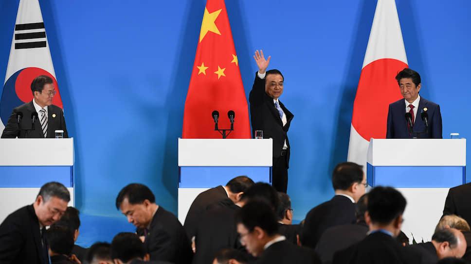 Премьер Госсовета КНР Ли Кэцян (в центре) призвал премьер-министра Японии Синдзо Абэ (справа) и президента Южной Кореи Мун Чжэ Ина (слева) развивать сотрудничество без оглядки на США