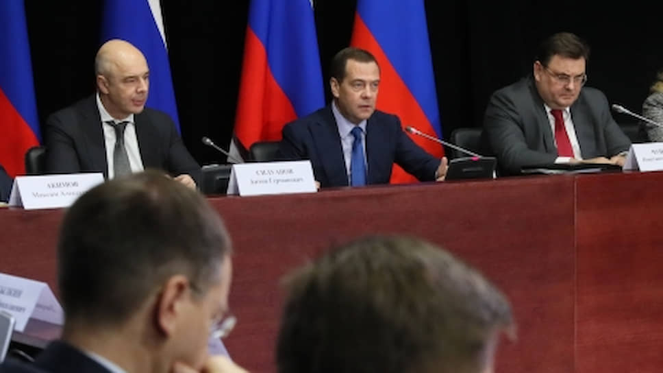 Председатель правительства РФ Дмитрий Медведев (в центре) во время совещания в театре Et Cetera по контрольно-надзорной деятельности