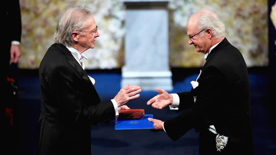 Нобелевская премия Петеру Хандке (слева) свидетельствует, что фигура независимого писателя по-прежнему востребована