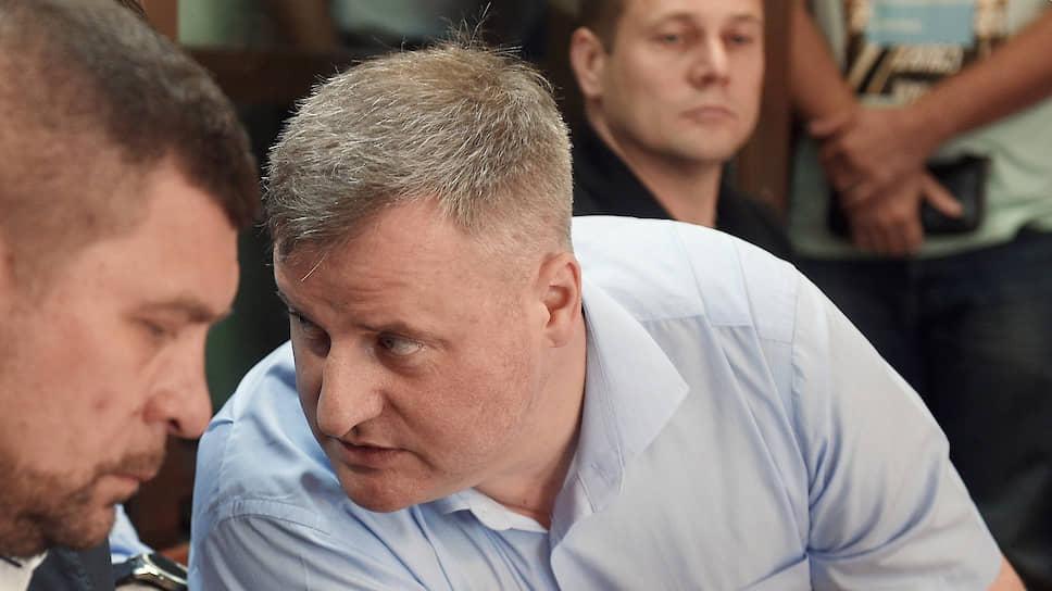 Суд решил, что не может вынести приговор по делу о пожаре, поскольку следствие не дало объективной оценки версии подсудимого Дмитрия Ширлина (в центре)