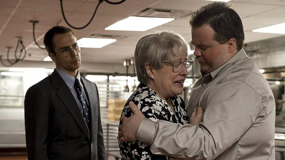 Недотепистый Ричард Джуэлл (Пол Уолтер Хаузер) умудряется побывать и героем, и жертвой