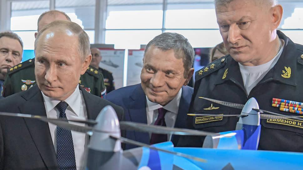 Верховный главнокомандующий вместе с коллегами изучил экспонаты выставки, посвященной будущему ВМФ