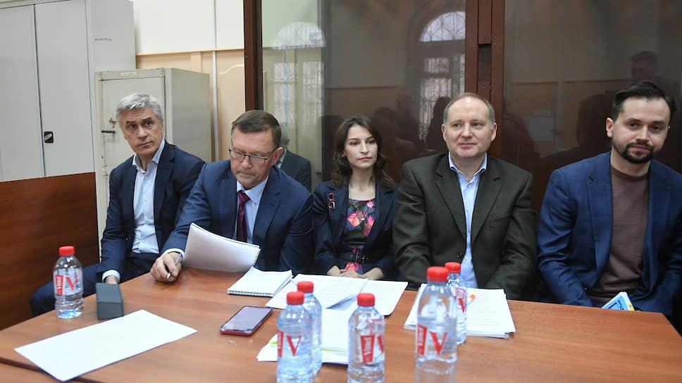 Основатель инвестиционной компании Baring Vostok Майкл Калви (слева) и директор финансового департамента Baring Vostok Филипп Дельпаль (второй справа)