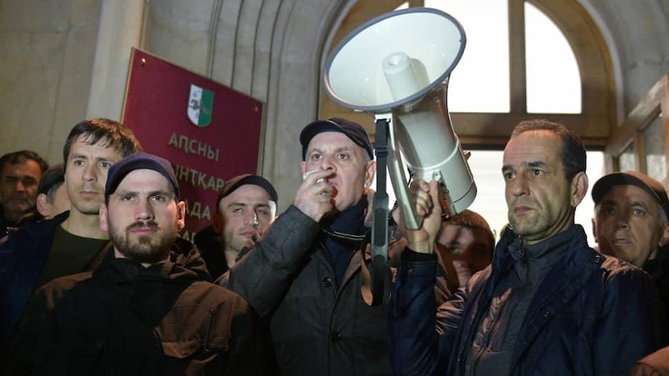 Лидер «Блока оппозиционных сил» Аслан Бжания (в центре) во время митинга оппозиции у здания администрации президента Абхазии