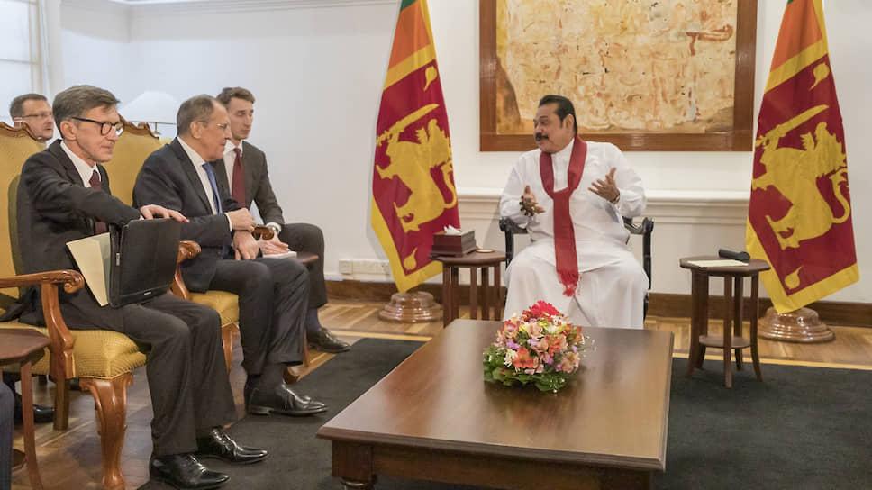 Российскую делегацию во главе с Сергеем Лавровым на Шри-Ланке (справа: премьер-министр Махинда Раджапакса) приняли радушно