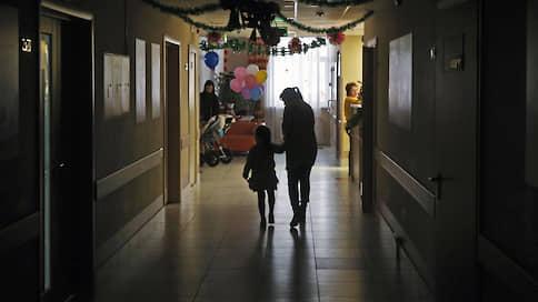 Родители готовы забрать из роддома пятилетнюю дочь  / Перед судом по иску об ограничении родительских прав адвокат матери заявила, что семье не хватает выписного эпикриза