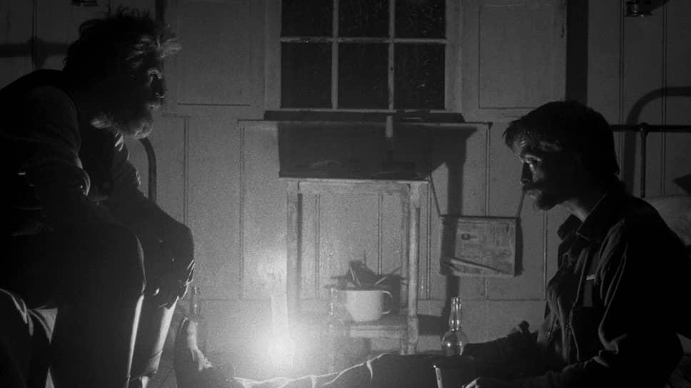 Томас Уэйк (Уиллем Дэфо, слева) и Эфраим Уинслоу (Роберт Паттинсон) заперты на острове в компании страхов и алкоголя