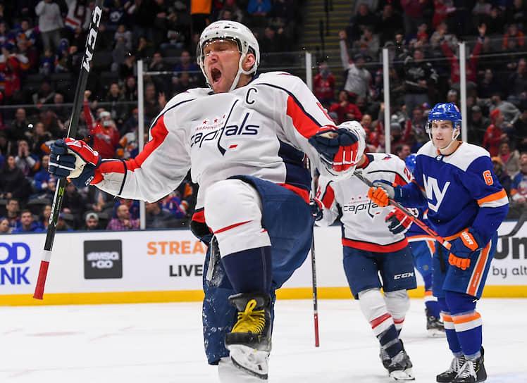 Благодаря хет-трику в ворота «Нью-Йорк Айлендерс» форвард «Вашингтона» Александр Овечкин ворвался в топ-десятку лучших снайперов в истории НХЛ