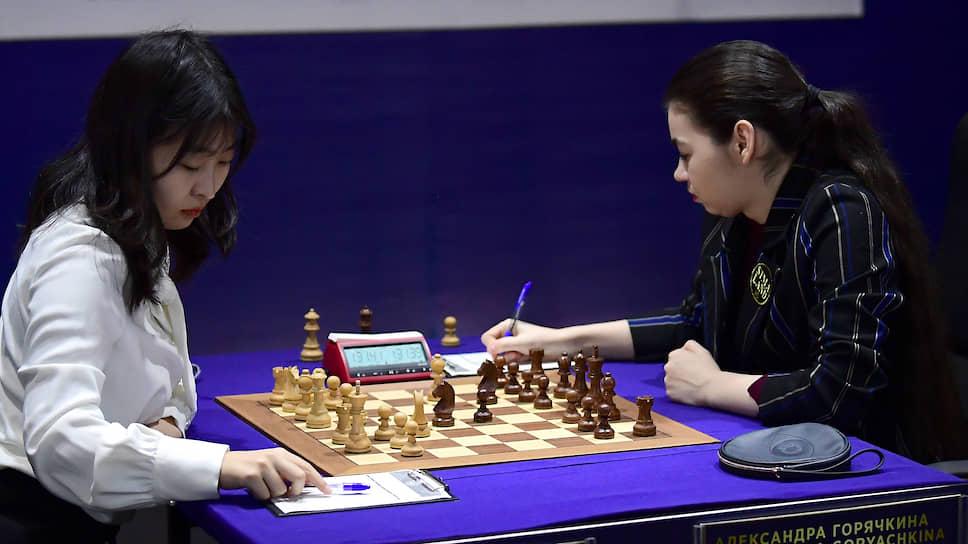 Александра Горячкина (справа), находясь в одном шаге от поражения в чемпионском матче с Цзюй Вэньцзюнь, сумела перевести его в тай-брейк