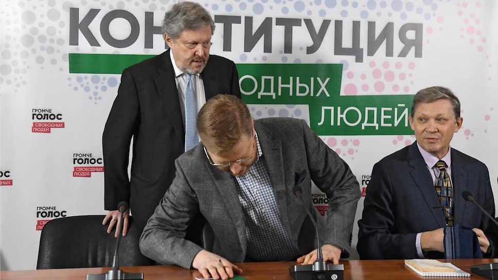 Слева направо: председатель федерального политкомитета партии «Яблоко» Григорий Явлинский, заместитель председателя «Яблока» Николай Рыбаков и политик Владимир Рыжков