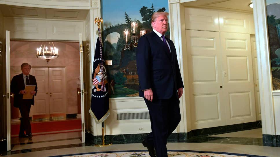 Будучи советником президента США Дональда Трампа по национальной безопасности, Джон Болтон (на заднем плане) пристально наблюдал за всеми шагами главы Белого дома
