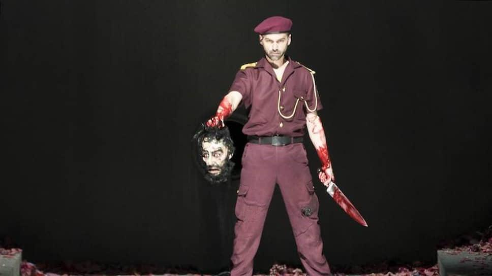 Знаменитый работой с куклами режиссер Николаус Хабьян не устоял против бутафорской головы из «Саломеи»