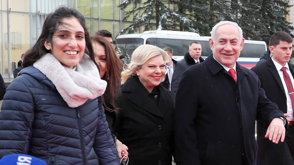 Из поездки в Россию премьер-министр Израиля Биньямин Нетаньяху вернулся с подарком: на свободу вышла его соотечественница Наама Иссасхар (слева)