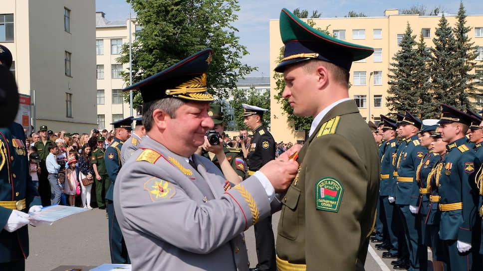 Генерал-полковник Халил Арсланов (слева)