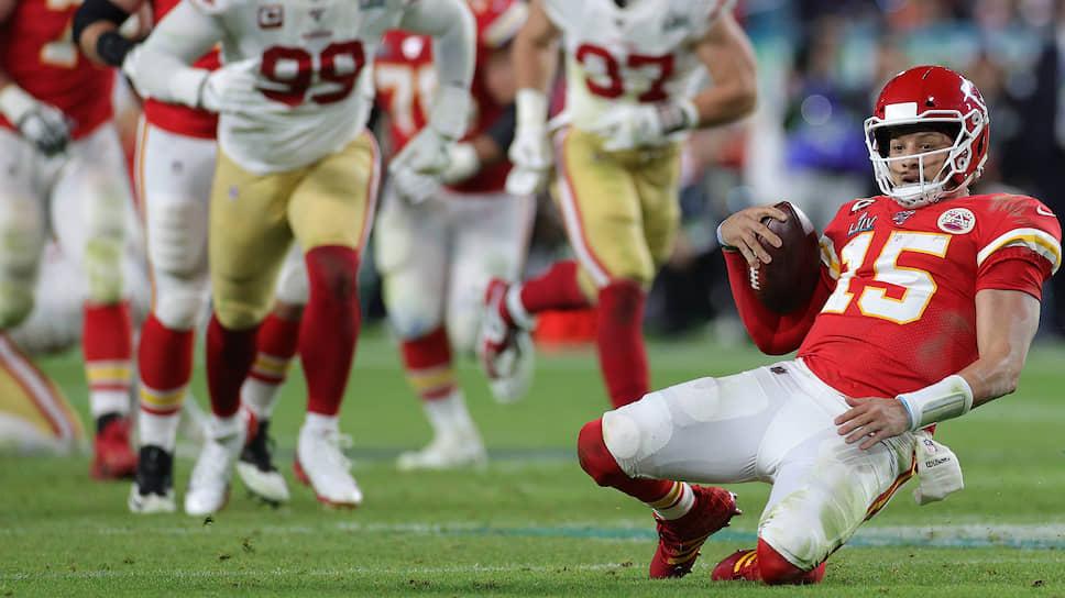 Блестящая игра квотербека «Канзас Сити Чифс» Патрика Махоумса (15-й номер) в Super Bowl дорого обойдется боссам его команды. Чтобы сохранить новую звезду, им придется сильно повысить ему зарплату