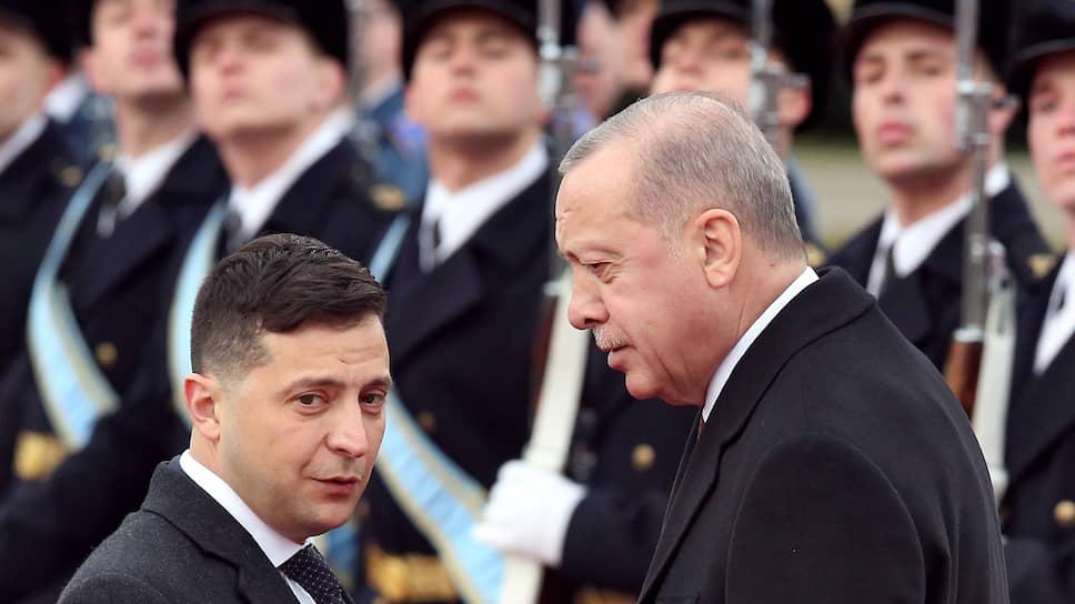 Президент Турции Реджеп Тайип Эрдоган пообещал своему украинскому коллеге Владимиру Зеленскому военную помощь, поставки каспийского газа и поддержку территориальной целостности Украины